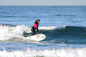 競技に臨む内田一音さん=米カリフォルニア州サンディエゴ(国際サーフィン協会提供・共同)