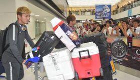 帰国した選手を笑顔で出迎えるサポーター=12日午後6時52分、成田空港、高松美鈴撮影