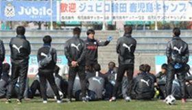選手に指示を送る磐田の名波監督(中央)=鹿児島市の鴨池補助競技場