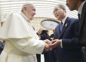ローマ教皇フランシスコ(左)の一般謁見に参列する中村知事=22日、バチカン(長崎県提供)