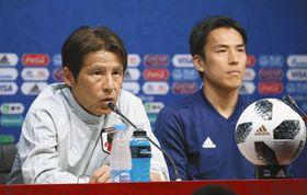 コロンビア戦を前に記者会見するサッカー日本代表の西野監督(左)と長谷部=サランスクで(岩本旭人撮影)