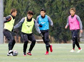 活動休止前、全体練習に取り組む愛媛FCの選手=1日、愛フィールド梅津寺