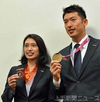 アジア選手権での銅メダル獲得を報告する青木(左)と見延=高崎・ネクサス本社