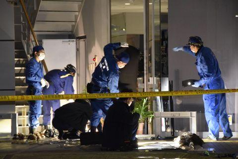 強盗事件のあった店を調べる捜査員=24日午後9時15分ごろ、徳島市中常三島町2