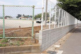 公費で新設されたフェンスブロック擁壁=20日、上尾市小敷谷