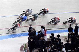 完成した「JKA250」で試走する国内外の強豪選手=日本競輪選手養成所