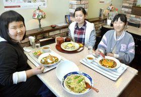 「十菜シャモ」メニュー4種を試食する十市小児童(高知県南国市の「グドラック」)