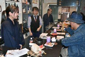 作務衣姿の若手僧侶が人生相談に乗る「お坊さんスナック」の店内。カウンターには木魚も=長崎県大村市