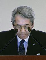 JR西日本の株主総会の冒頭、謝罪する来島達夫社長のモニター映像=21日午前、大阪市