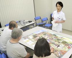 糖尿病教育入院での看護師の講義。患者は療養生活の課題をルートマップで学ぶ=東京都文京区の順天堂大順天堂医院