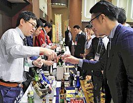 県産の日本酒を楽しむ出席者