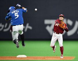 12回日本ハム無死一塁、近藤の一ゴロで一走大田(左)が二封、遊撃手茂木が一塁へ送球し併殺とする=札幌ドーム