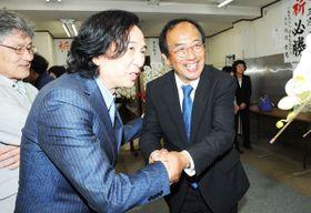 初当選を果たし、支持者から祝福される三宮幸雄氏(右)=21日午後11時19分、北本市中央の選挙事務所