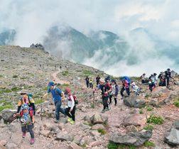 那須岳(茶臼岳)山頂を目指す親子連れ=11日午前11時5分、那須町湯本