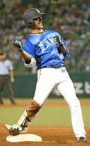 8回2死、2点三塁打を放ちガッツポーズする西武・金子侑