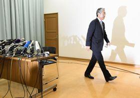 2020年東京五輪招致を巡る贈賄疑惑について記者会見し、退出するJOCの竹田恒和会長=15日、東京都渋谷区