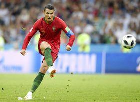 ポルトガル―スペイン 後半、同点のFKでハットトリックを決めるポルトガルのロナルド=ソチ(ゲッティ=共同)