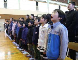 校歌を歌う児童ら=雲仙市立富津小