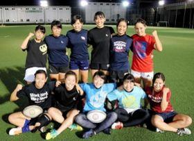 ラグビーの第1回全国U18女子セブンズ大会に出場するSCIXの女子選手たち=神戸市東灘区、神鋼灘浜グラウンド