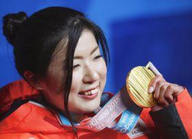 アルペンスキー女子大回転座位で獲得した金メダルを手に笑顔の村岡桃佳=15日、韓国・平昌(共同)