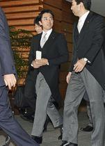 皇居での認証式に向かう小泉進次郎氏(左)ら=11日午後、首相官邸