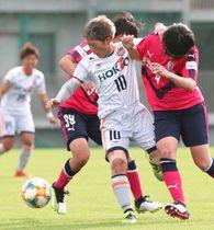 C大阪堺―AC長野 後半、相手DFに挟まれボールを奪われるAC長野・横山