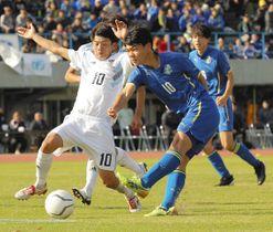 近江-草津東 後半、3点目を決める草津東・小酒井選手(中央)=皇子山陸上競技場で