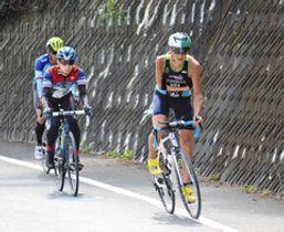 公道でのバイク練習に励むフォンセカ選手(右)=浜松市北区三ケ日町で