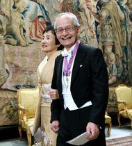 王宮で行われる晩さん会に向かう吉野彰さんと妻の久美子さん=11日、ストックホルム(代表撮影・共同)