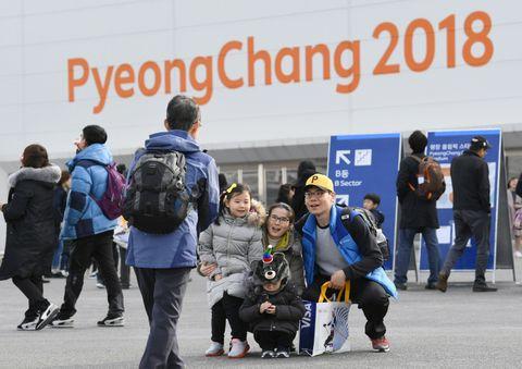平昌冬季パラリンピックの閉会式場前で記念撮影をする人たち=17日、韓国・平昌(共同)