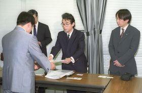 奥山雅久(中央)は国にひきこもり支援の要望書を提出した。その活動が報じられると、全国から家族会への参加希望が続々と届く=2000年10月、厚生省(当時)