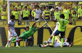 後半32分、ファジアーノ岡山のGK一森純(22)の必死の横っ跳びも及ばず、1―1に追い付かれる=栃木県グリーンスタジアム