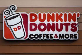 「ダンキンドーナツ」の看板=1月22日、米ペンシルベニア州マウントレバノン(AP=共同)