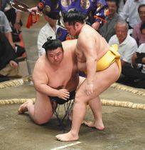 遠藤がつき膝で貴景勝(左)を破る