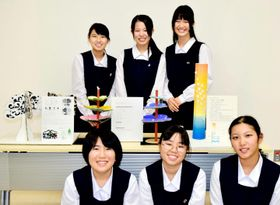 モニュメントの模型と考案した松山南高校砥部分校の生徒=2日、松山市南梅本町