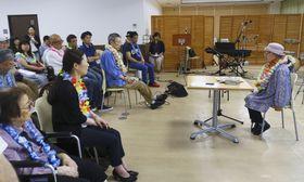 ハンセン病に関する勉強会で、自身の経験を語る上野正子さん(右)=23日午後、東京都台東区