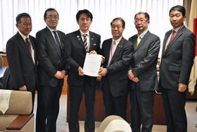 石川政務官(左から3人目)に要望書を手渡した其田会長(同4人目)ら=21日、経産省