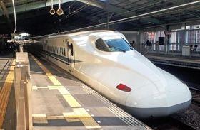 走行中、異音が確認され、姫路駅で点検を行ったのぞみ20号。定刻を20分遅れ、新神戸駅に到着した(写真は最後尾の1号車)=16日午後、新神戸駅(撮影・吉澤敬太)