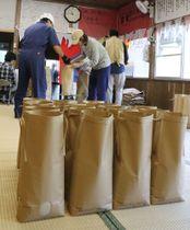 「こうばる支援米」の発送作業をする支援者ら=川棚町岩屋郷、川原公民館
