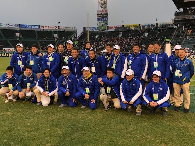 昨年12月の甲子園ボウルで優勝し、コーチ陣、スタッフと記念撮影する関学大の鳥内秀晃監督(前列中央)