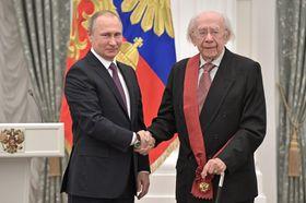 ロシアのプーチン大統領(左)から勲章を授与されるロジェストベンスキー氏=2017年5月、モスクワ(AP=共同)
