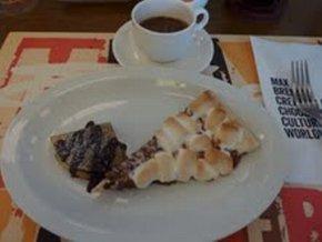 チョコレートチャンクピザ(右)とクレープ=東京・渋谷