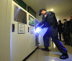 東京五輪開幕まで半年の節目に合わせ実施されたテロ対策訓練。客船で海上保安官が不審物を捜索した=24日午前、東京・竹芝桟橋