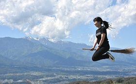 「福島てっぺん公園」で撮影した1枚。ほうきにまたがって空を飛んでいるように見える
