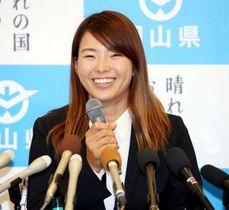 記者会見で笑顔を見せる渋野日向子選手=岡山県庁