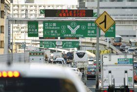 混雑する首都高速道路=6月