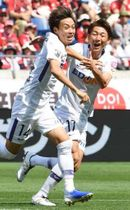 【浦和―広島】前半6分、先制ゴールを決めて喜ぶ森島(左)と松本泰(撮影・天畠智則)