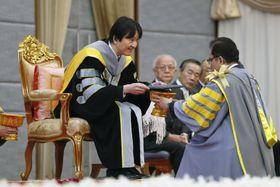タイ東北部のマハサラカム大で、名誉博士号を授与される秋篠宮さま=13日(共同)