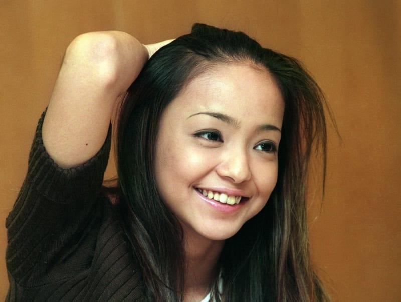 インタビュー中に笑顔を見せる安室奈美恵さん=1996年7月11日、東京都港区南青山