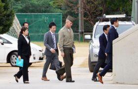 沖縄県宜野湾市の市立普天間第二小を訪れた米軍関係者=18日午前